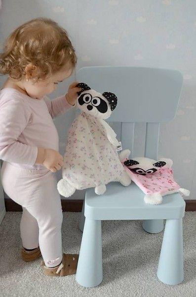 mojkáčik je určený hlavne tým najmenším.. je ľahučký, spapal hrkálku, takže hlavička mu hrká a kombinácia rôznych látok, z ktorých je ušitý, podporuje zvedavosť u bábätiek...