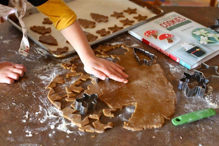 Αυτήηζύμηείναιιδανική για να τα κάνετε στολίδια για το δεντρο,χριστουγεννιατικαμπισκότα, και για ναφτιάξετε τα κλασσικά χριστουγεννιάτικα σπιτάκια.! ΥΛΙΚΑ: 2 ¼ φλ. αλεύρι για όλες τις χρήσεις 2 κ. γλυκού τζίντζερ σκόνη 1 κ. γλυκού baking soda ¾ κ. γλυκού κανέλα σε