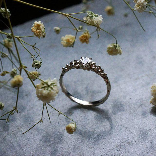 Когда весна в разгаре у нас время помолвочных, обручальных, свадебных колец! Для этих украшений мы выбираем самые красивые и любимые камни. Ищем небанальные формы... И благодарим вас за то, что наши вкусы совпадают и вы даете нам возможность поработать с бриллиантами, например. Белое золото, бриллиант огранки принцесса .firmasmog