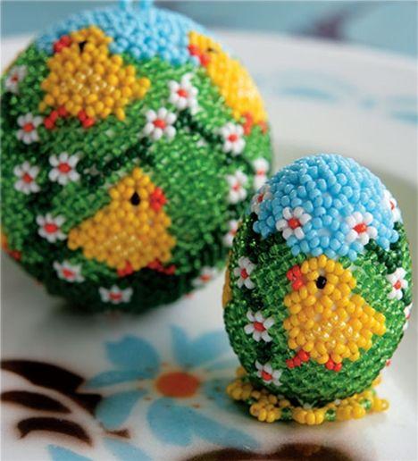 Du kan lave de mest fantastiske ting med perler og tråd - prøv eksemplevis disse skønne æg med kyllinger til påske!
