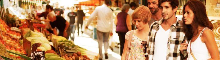 Junge Menschen am Naschmarkt
