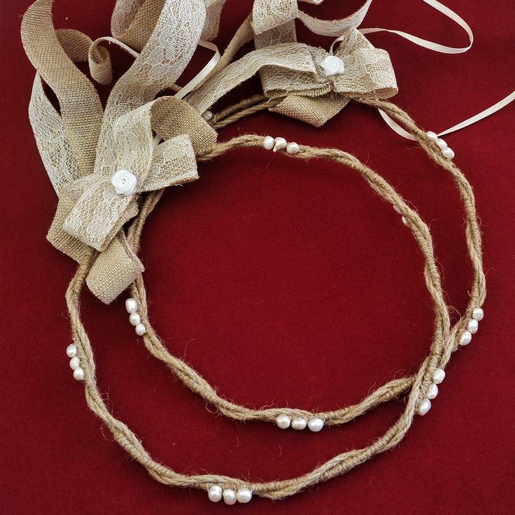 Σύμφωνα με τον Ησίοδο, η Ελπίς ήταν θεότητα και ο μύθος της συνδέεται με της Πανδώρας. Δύο στεφανα πλεγμένα με λινάτσα, στολισμένα με μαργαριτάρια και δεμένα με δαντελοκορδέλα.Τ