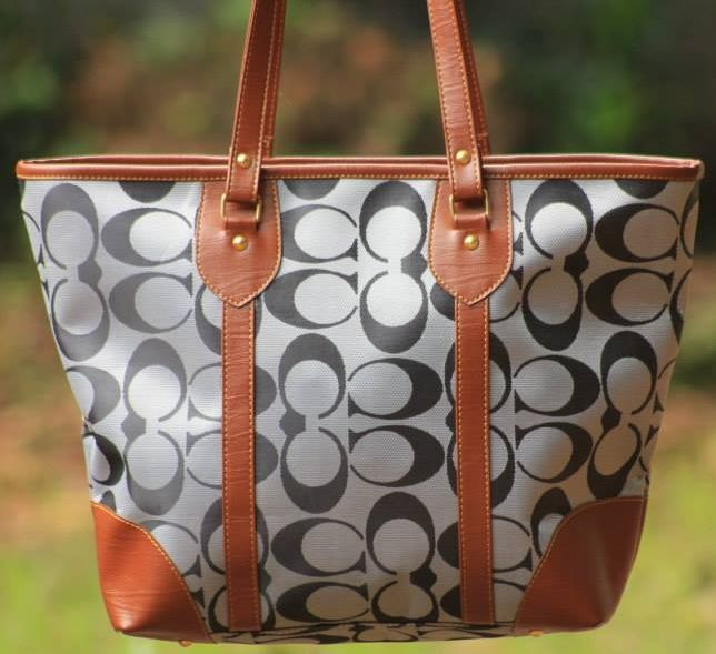 TB04 Tas Import Wanita IDR 150.000 Bahan Vynil   Tas fashion ini di jahit oleh perusahaan konveksi tas dalam negeri, namun bahan baku tas-nya di import dari luar negeri. Bentuk dan warna tas-nya bisa saja sama dengan tas2 yang banyak beredar di pasaran, namun kualitas-nya juga tidak kalah.  Email: jjbigstore@yahoo.com YM: jjbigstore Path: Silvblue Shop Instagram: @silvblue Line: silvblue Pin BB: 7E6975D4 SMS: 0818 0832 9022 WhatsApp 0896-2860-9094 FB: http://www.facebook.com/silvblue