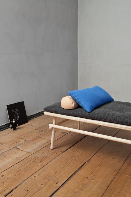 Helles Grau an den Wänden und Holztöne www.meinewand.de