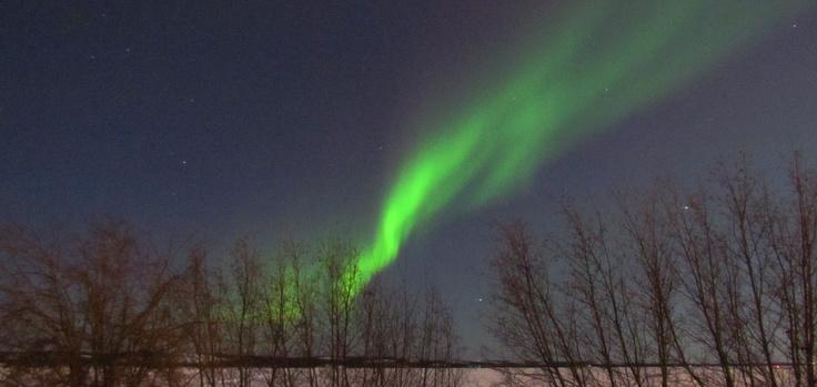 Aurora Boreal bajo el cielo alumbrado de casi Luna Llena en Yellowknife, NT, Canada