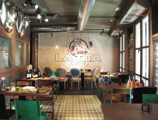 Un patio escondido en pleno barrio de Chueca es el principal atractivo de este ecléctico bar-restaurante. Puedes pasarte a desayunar, comer o cenar graci
