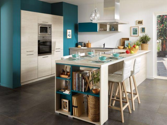 L'astuce : Prolonger le plan de travail pour créer une table de repas et l'enrichir de nouveaux rangements.|| Ce que l'on peut faire chez soi : Allonger le plan de travail en juxtaposant un support en bois de même épaisseur.En bout de table, au lieu de deux pieds, installez une étagère pour créer encore plus de rangement. || COTE PORTE VERS L'ENTREE : on peut finir le meuble avec des étagères pour les livres de cuisine