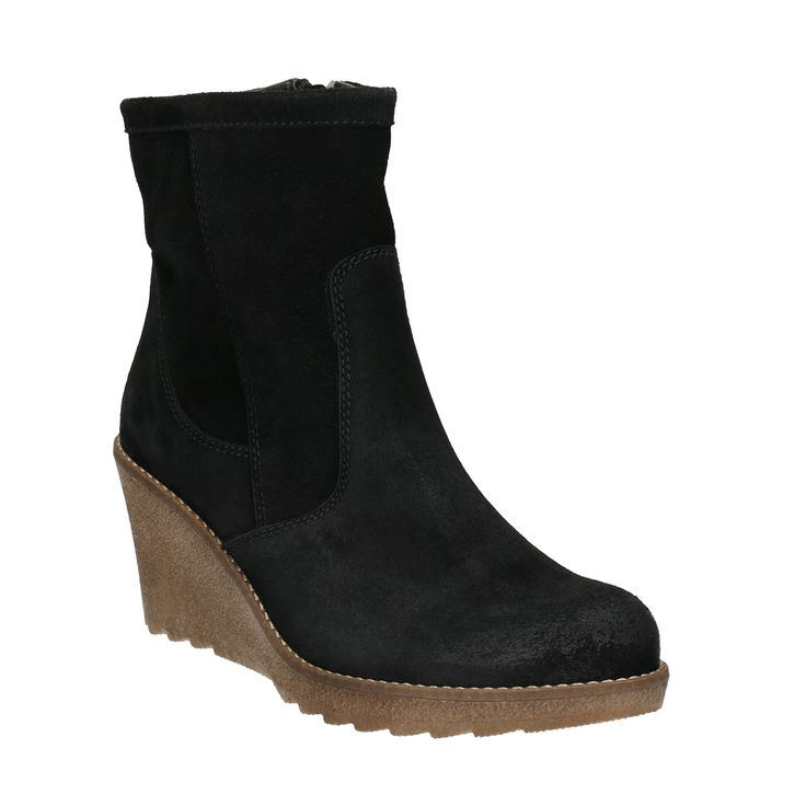 Členkové dámske čižmy Daisy majú zvršok z brúsenej kože v nadčasovej čiernej farbe. Stabilný široký klin Vám predĺži nohy až do nebies a zároveň je pohodlnejší ako klasický ihličkový podpätok. Zapínanie je riešené praktickým zipsom. Obujte ich ku Slim nohaviciam alebo k sukni a noste s elegantnými outfitmi.