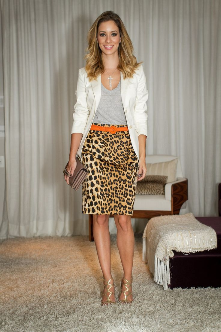 Look da Helena Lunardelli com saia de oncinha, blusa básica cinza e blazer branco