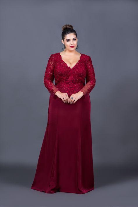 aa41dbe4d34 Maravilhoso vestido de festa marsala com mangas longas . O corpete possui  aplicações de renda e bordados delicados. Ideal para madrinhas e mães dos  noivos.