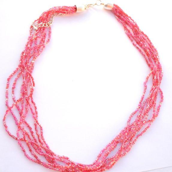 Seksradet halskjede av små korallfargede perler