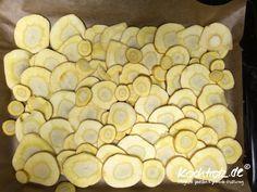 """Ich liebe selbst gemachte Chips in allen Varianten. Inzwischen """"chipse""""ich alles. Kein Gemüse oder Obst ist vorm """"chipsen"""" sicher bei mir. Hahaaaaaa. Süßkartoffel, Karoffeln, Pastinake, Petersilienwurzel, Sellerie, Rote Bete, Karotte, Kiwi, Apfel, ... nix ist hier mehr sich"""