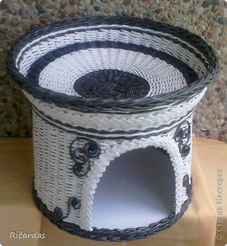 Поделка изделие Плетение Домик для кошки Бумага газетная Картон гофрированный Трубочки бумажные фото 1