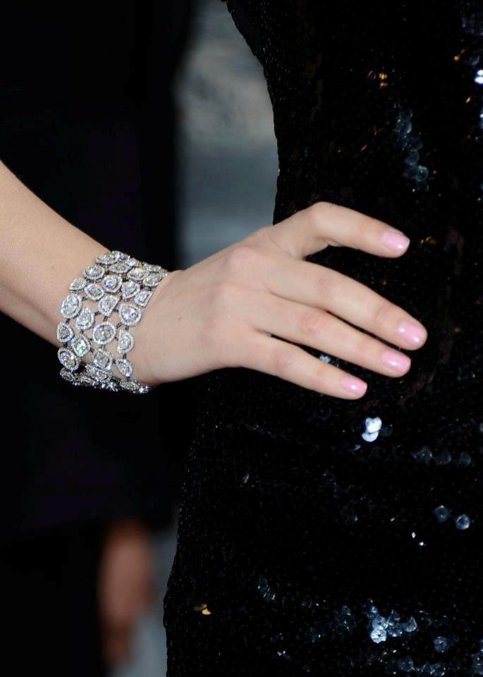 """Rose Byrne está usando o """"Lueur d'un Soir"""" brincos em ouro branco, pérolas, diamantes pretos e brancos com o """"Nuage de glace"""" anel em ouro branco, pérolas, diamantes preto e branco e """"Cascade de Diamantes"""" pulseira em diamantes brancos com detalhes pretos diamantes. Total de White Diamond ct é 40,77 total de diamante branco em uma variedade de oval, a lua, almofada, pêra meia, redondo, trilhões de diamantes lapidados.   Chanel"""