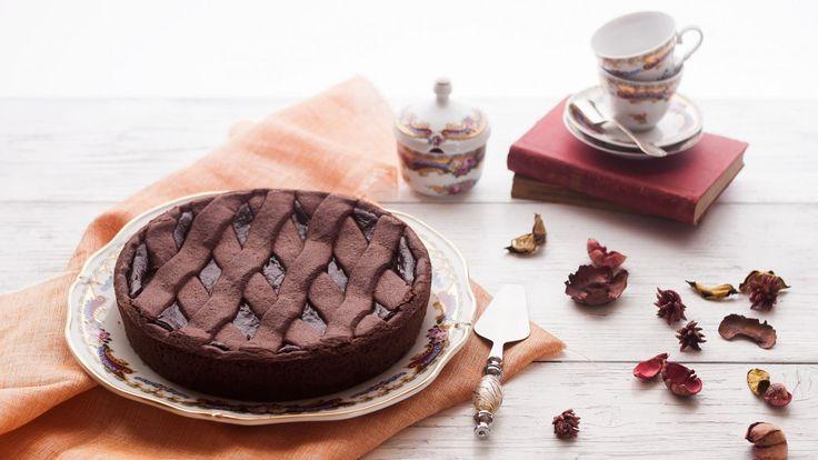 """Potrei scrivere meraviglie sulla bontà di questa crostata al cioccolato del granpasticcere e maître chocolatier Ernst Knam. Potrei, ma non lo farò: lascerò che siano queste immagini a parlare, qualsiasi aggettivo sarebbe riduttivo!   Fateraffreddare completamente la crostata prima di sformarla sul piatto di portata. Affettate e lasciatevi travolgere dalla """"peccaminosa"""" cremosità del cioccolato."""