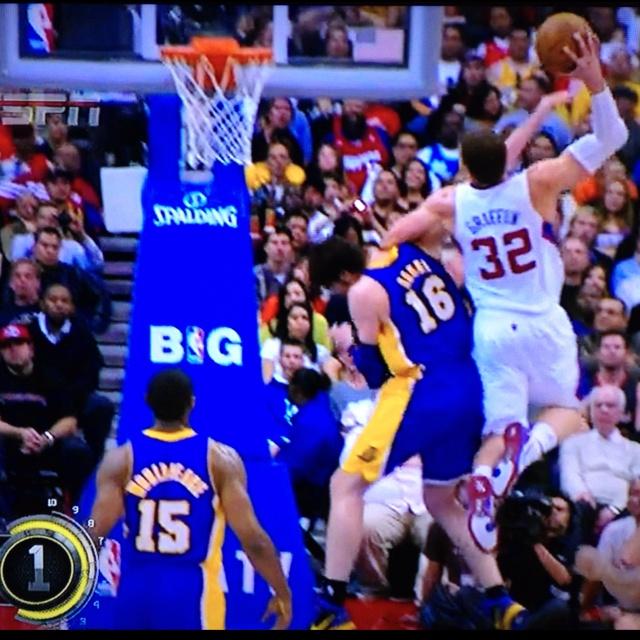 Blake abusing Pau. #lakers #clippers #blake #gasol #beastmode
