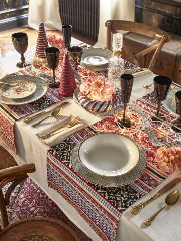 Des assiettes à motifs pour une table de fêtes d'inspiration russe