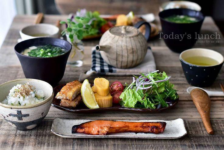 「* 2016.1.8 * + . . 昨日七草粥を食べ損ねた旦那とお昼ご飯。 おかずは 、 銀鮭 カリカリチキン&卵焼き 生野菜サラダ お豆腐とアオサのお味噌汁です。 ・ ・ ・ #七草粥 #七草 #お昼ご飯 #昼食 #ランチ #アオサ #おうちごはん #お粥 」