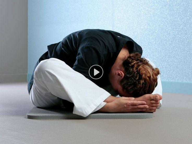Cette posture libère la respiration et stimule la digestion, deux facteurs essentiellement pour un sommeil paisible.