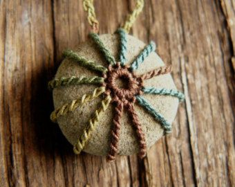 Crocheted Stone Lace Stone River Rock por TheTreeFolkHollow