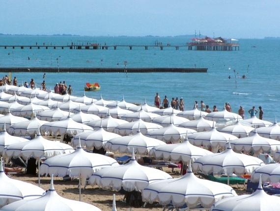 La spiaggia con i nostri ombrelloni