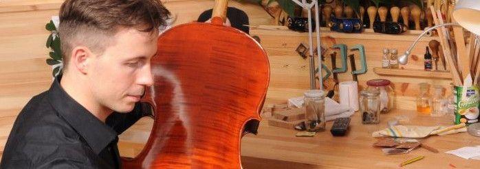 Der Geigenbauer beim Erstellen von Geigen der Profi-Klasse