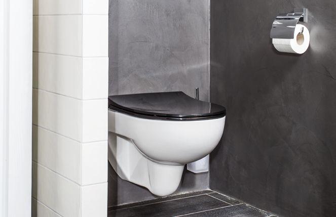 Riverdale badkamer toilet; Het muurtje geeft u privacy op het toilet en ook het nisje in de douche biedt comfort.