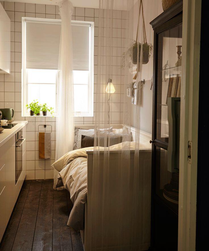 hemnes tagesbettgestell in wei dient in diesem bild als sofa mit zwei klapptischen davor die. Black Bedroom Furniture Sets. Home Design Ideas