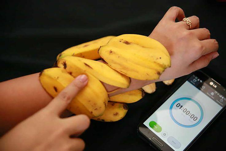 Mulți regretă că bananele sunt fructe exotice și nu cresc și la noi în România. Într-adevăr, aceste fructe au o pulpă foarte gustoasă și hrănitoare. Există și o sumedenie de diete pe bază de banane. Însă puțini cunosc că și cojile de banane sunt la fel deutile sănătății noastre, dacă știm cum și la ce anume să le folosim. Astfel, cojile de banane conțin potasiu, magneziu, vitamina B6, B12 fibre și proteine. În continuare îți propunem 6 metode inedite de folosire a cojilor de banane: 1…