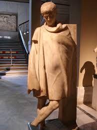 LA CLAMIDE, una prenda corta y oblonda que se sujetaba en el hombro derecho, se llevaba a veces encima del chiton que llegaba hasta la rodilla.