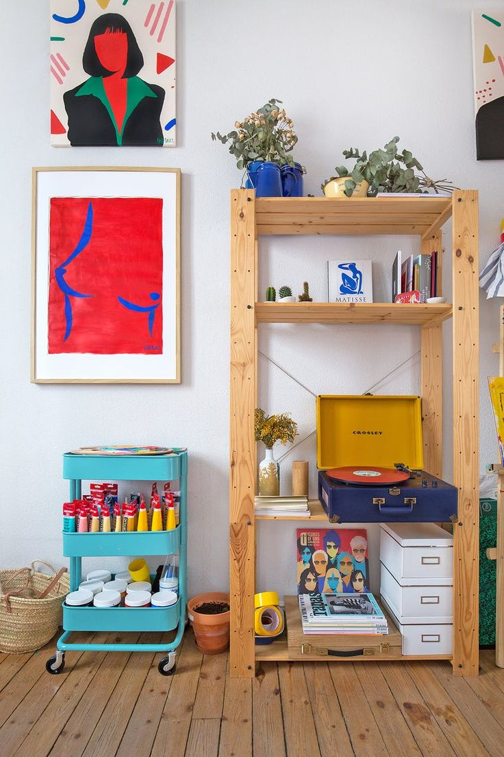 Coco Dávez and her colourful workspace. Pop art hanging on the walls by the Spanish artist based in Madrid, vibrant portraits-illustrations for colour lovers. House tour by apartment therapy. Coco … #popart #art