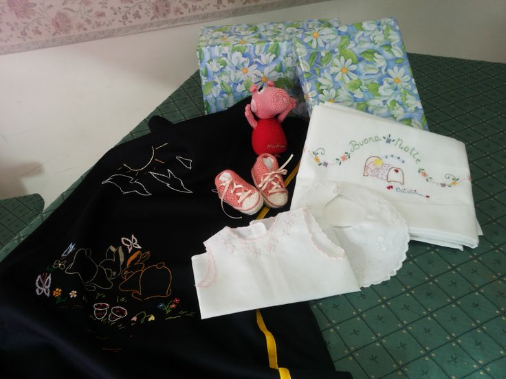 ricamo,baby,copertina,lenzuolini,camicina,bavette,regali fatti a mano https://www.facebook.com/lecreazionidiheidi?ref=stream