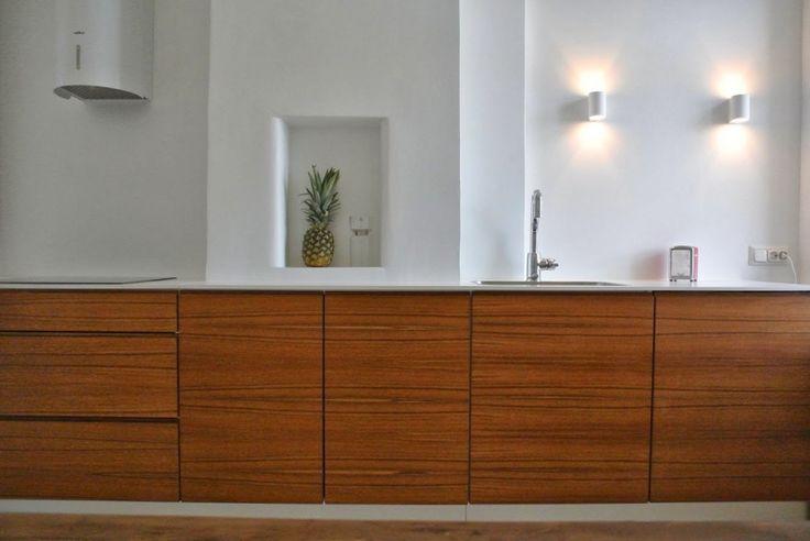 Pelkistetty keittiö, jossa pienet yksityskohdat rakentavat tyylikästä kokonaisuutta. Integroidut kodinkoneet ja putkimallinen liesikupu istuvat pelkistettyyn yleisilmeeseen. #puuvaja