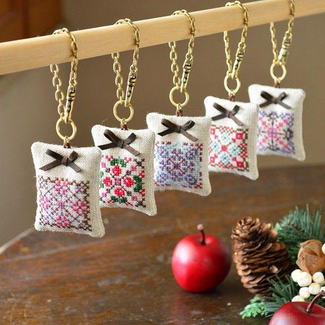 撮影終了。ちょっぴりお披露目♡ クロスステッチのバッグチャームです。クリスマスプレゼントにいかが?