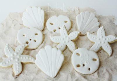 Beautiful white seashells from lilaloa.blogspot.com.  Super talented!