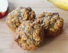 Muffini brez jajc  Potrebujemo: - 1naribanojabolko (če imamo neškropljena kar z lupino) - 1 zelo zrelo banano - 3 žlice medu -2skodelici vode - 1 skodelica lanenega semena (celega, lahko je potolčeno) -1...