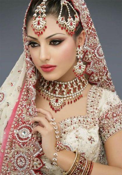 Beautiful outfit and matching jewelry--pretty wedding dress