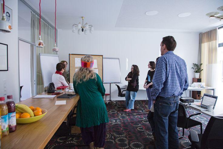 Gruppenbesprechung der kreativen Ergebnisse der Praxisaufgabe. #Storytelling #Workshop #Storymap #7pointstory #Storyboard