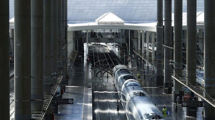 Tren de alta velocidad (AVE) en el interior de la Estación de Atocha, en Madrid.