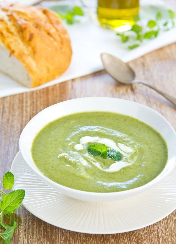 bereiden: Snij de prei en de uien fijn. Snij de speklapjes in dunne reepjes. Bak de spekreepjes in een klontje boter, voeg de ui en de prei toe en laat stoven. Doe er vervolgens de erwtjes en de blaadjes munt bij. Zet onder met de kippenbouillon. Laat het geheel ongeveer 15 minuten koken. Mix de soep glad en passeer ze door de zeef.