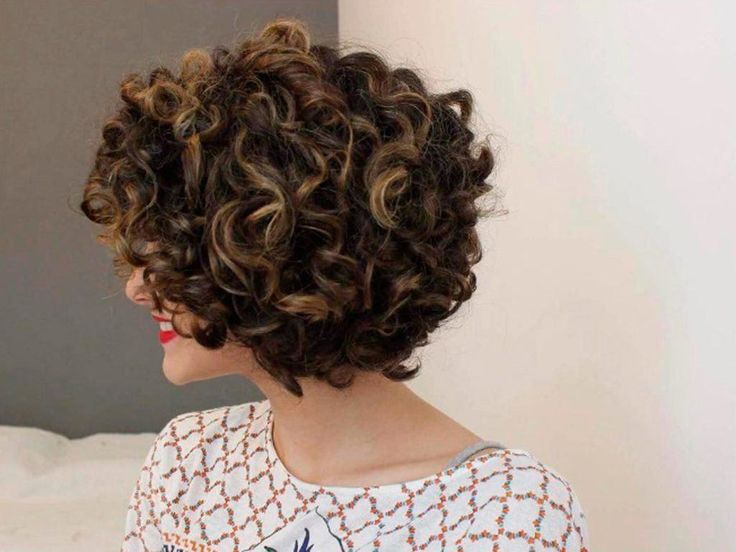 modelo de Day after para cabelos cacheados curtos