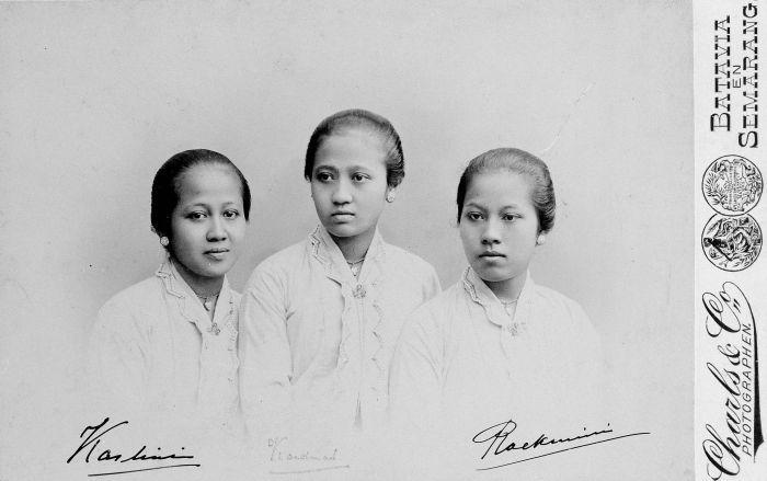 Berkas:COLLECTIE TROPENMUSEUM Kabinetfoto met gesigneerde portretten van de drie zussen Kartini Kardinah en Roekmini