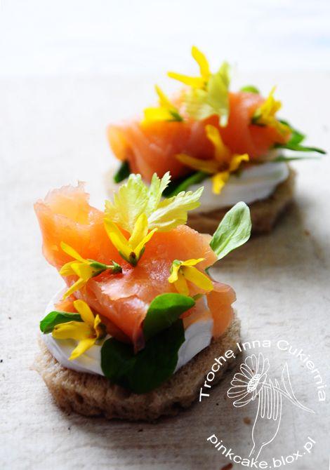Forsythia is edible.  Flower sandwiches. Kanapki z kwiatami forsycji.