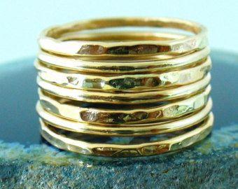 Deze sierlijke gehamerd goud stapelen ring set is volledig handgemaakt & mengt goed met de meeste artikelen in onze winkel.  • Deze aanbieding voor een 7-band ligt.  • Gemaakt met: 16g (1.29 mm) 12k Yellow Gold-gevulde draad.  • Wanneer gestapeld, ze meten op ongeveer 7 ringen per halve inch.  • Wij maken 1/2 & 1/4 maten, laat een opmerking met uw voorkeur van de grootte.  • Al onze items zijn volledig hand gemaakt en hebben een standaard verwerking tijd van 3-5 werkdagen om de order te…