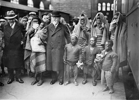 Ankunft von Gästen aus Afrika Dr. Heck mit seinen Gästen aus Afrika bei deren Ankunft am Bahnhof Berlin Zoo. Noch sind die Gesichter der Frauen der Sara– Kaba, deren Lippen mit Lippentellern geschmückt sind, verhüllt. Sie wurden im Zuge der Völkerschau gezeigt. Photographie. 21.4.1931. Bildnummer AKG1051242 Fotograf Imagno Bildnachweis akg-images / Imagno