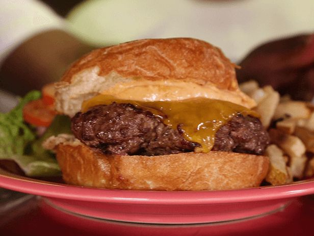 Esse Hambúrguer Amanteigado do Chef Guy Fieri vai surpreender até mesmo os maiores amantes de sanduíches.