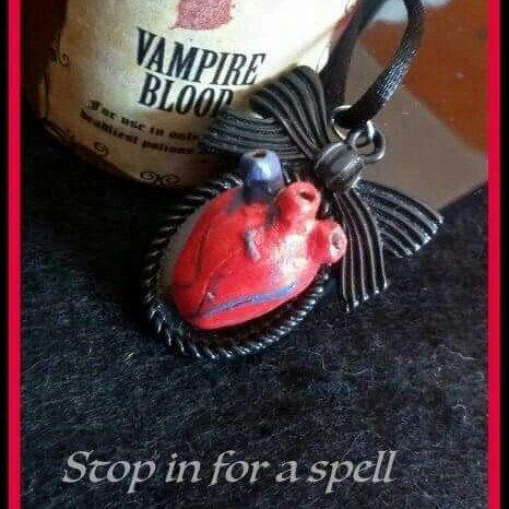 È halloween! collana con ciondolo cammeo con cuore anatomico realizzato a mano in stile rockabilly horror dark gothic zombie splatter halloween