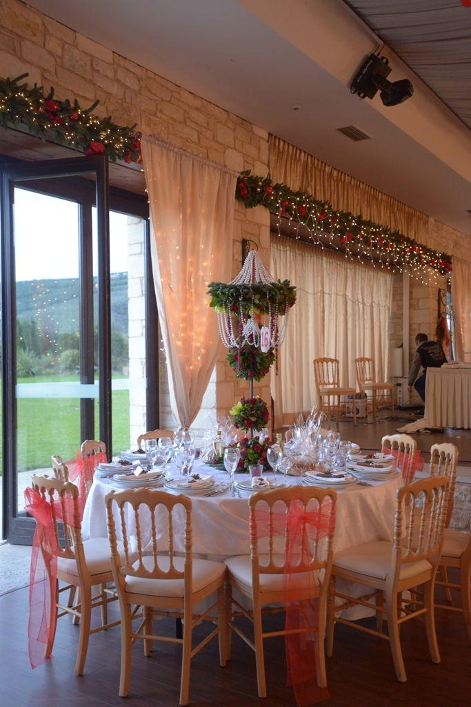 Χριστουγεννιάτικη σύνθεση λουλουδιών σε γαϊτανάκι με πέρλες. #διακόσμησητραπεζιού #σύνθεσητραπεζιού #περλες