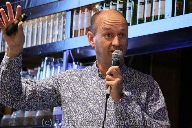 Patrick van Hees wist tijdens het Bruna Literair Café in De Witte Olifant op zijn eigen bevlogen manier de volle zaal van begin tot het einde te boeien.
