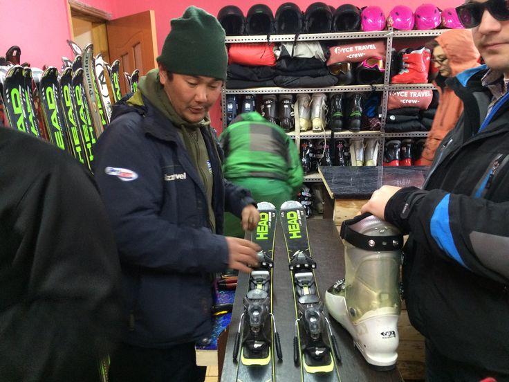 Het winterseizoen zit erop; het materiaal gaat de opslag in. Dit was de eerste winter waarin de ski's, snowboards, schoenen en stokken vanuit de Alpen in gebruik werden genomen in Kyrgizië. Wat een succes, en wat fijn om Max vol passie bezig te zien in de Ryce Travel verhuur winkel!